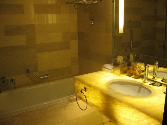 Traders Hotel, Kuala Lumpur: Bathroom