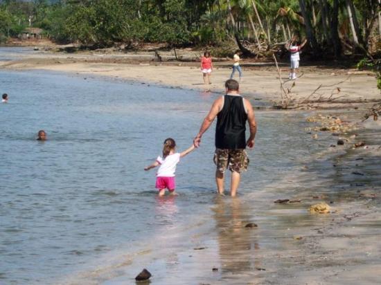 Baracoa, Cuba: El abuelo y la nieta en la Playa Manglito en Guantanamo