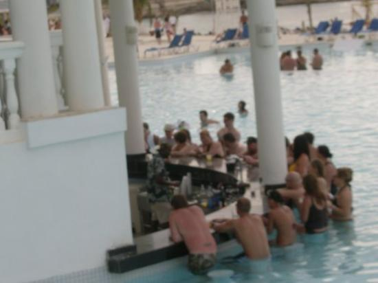 Grand Palladium Lady Hamilton Resort & Spa: pool bar