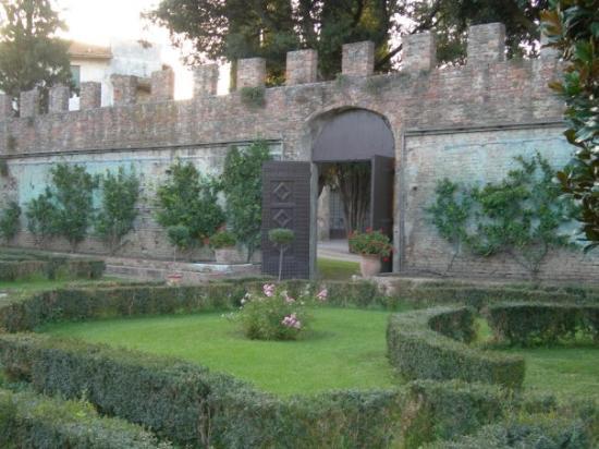 Castelfiorentino, Italia: Outer courtyard entrance to the castle