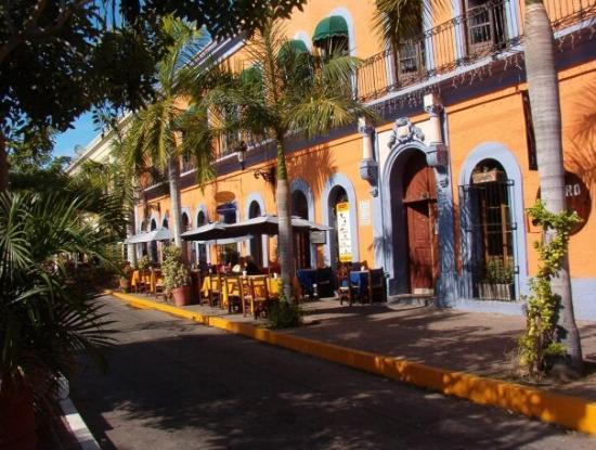 Mazatlan, Mexico: Sidewalk cafes in Old Square