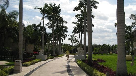 Grand Sunset Princess All Suites Resort: Walkway