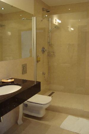 Europeum Hotel: Bathroom