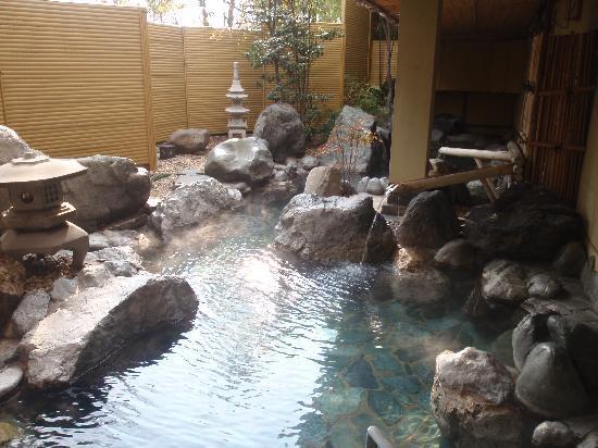 Fuefuki, Japan: 岩を配した露天風呂です。