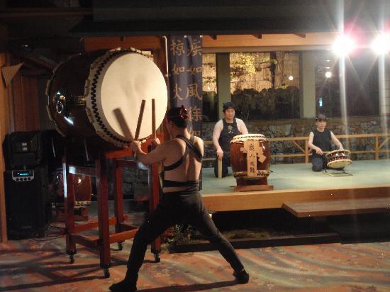 Keizan: 夜9時からはスタッフによる迫力満点の太鼓ショーがあります。