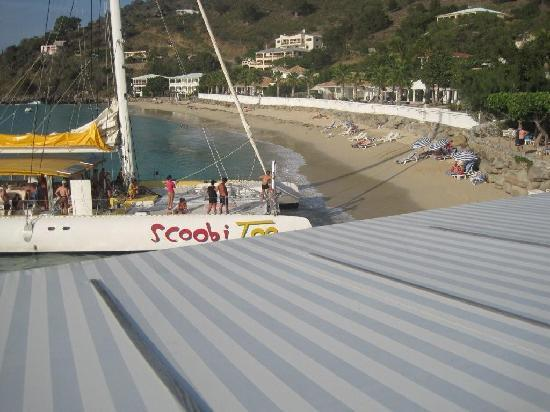 Grand Case Beach Club: catamaran dropping and picking up people from the beach