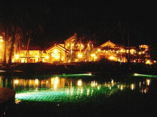 Dusit Thani Laguna Phuket: 夜、プール側から