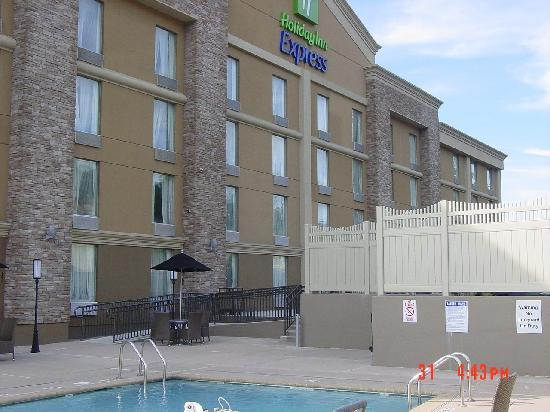 Holiday Inn Express North Bergen - Lincoln Tunnel: back of hotel