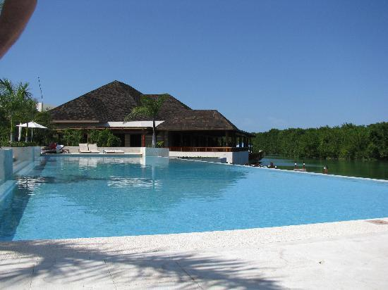 Fairmont Mayakoba: The adults' pool by the lake