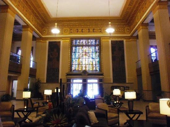 Drury Plaza Hotel San Antonio Riverwalk: Cool stained glass in lobby