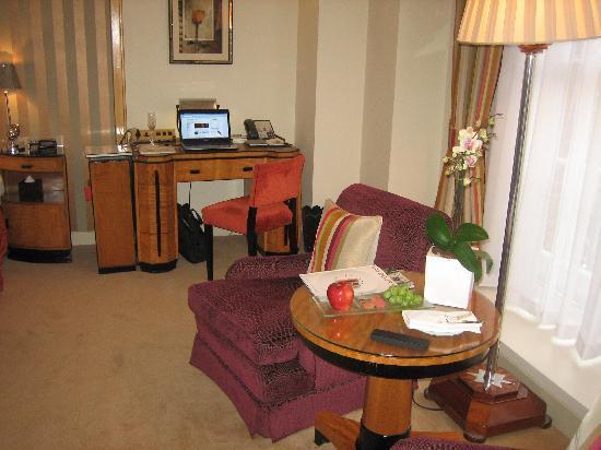 Claridge's: Art deco furniture in the room