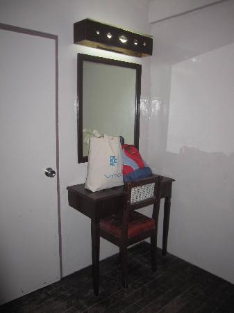 Kota Beach Resort: Mirror with s small table