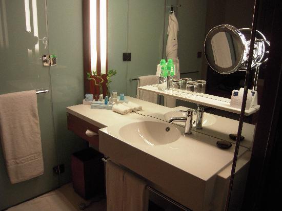 Novotel Citygate Hong Kong: Bathroom area