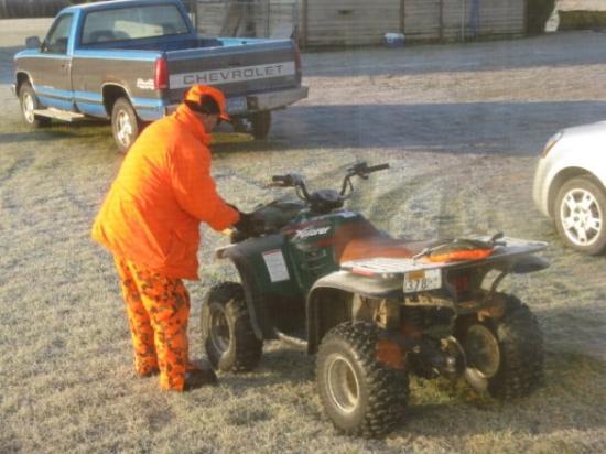 Deer Creek, Миннесота: Mark readies for morning hunt.
