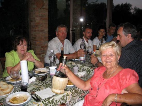 Interlaken, Sveits: donna drinking in pienza, dinner with italian friends