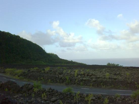 Saint-Denis, Réunion: La RN2 traversant les coulées de lave, Piton de la Fournaise