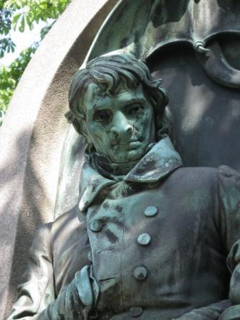Pere-Lachaise gravlund (Cimetiere du Pere-Lachaise): Bronze statue at Pere LaChaise Cemetery