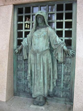 Pere-Lachaise gravlund (Cimetiere du Pere-Lachaise): Tomb at Pere LaChaise Cemetery