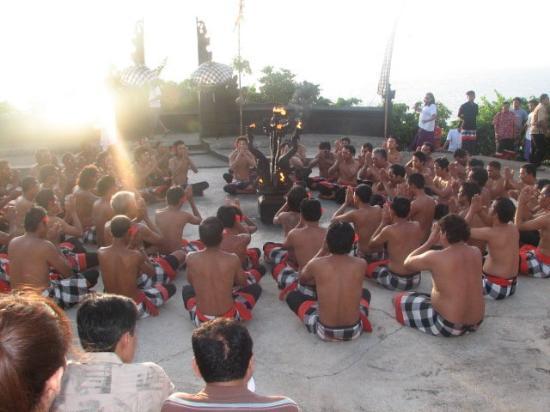 Uluwatu Tempel: Kecak dance begins.. Using this dance they show the whole story of Ramayan to show how Ravan foo