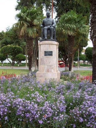 Sucre, Bolivia: Monumento al Dr. Aniceto Arce, ex Presidente de Bolivia y fundador de la ciudad de Uyuni.