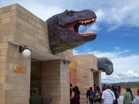 """Sucre, Bolivia: Entrada al Parque Cretácico Carl Orcko (en quechua """"Cerro de la Cal"""")"""
