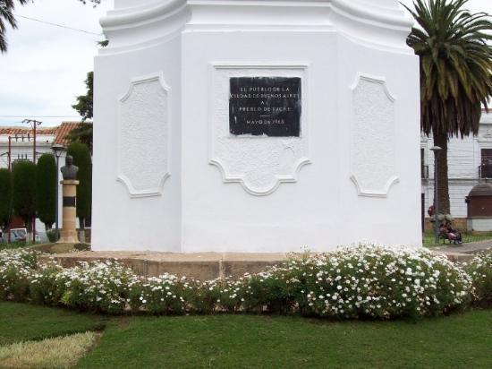 Sucre, Bolivia: Placa conmemorativa en el Obelisco.