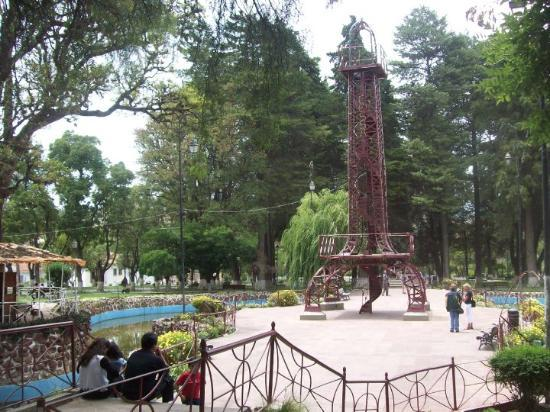 Sucre, Bolivia: Réplica a escala de la Torre Eiffel construída por Gustavo Eiffel en 1909, a pedido del Institut