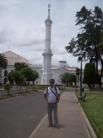 Sucre, Bolivia: Obelisco y Plaza Libertad.