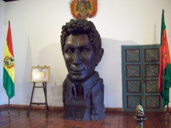 Busto del Mariscal Sucre tallado en una sola pieza de algarrobo. Antigua Cámara de Senadores en