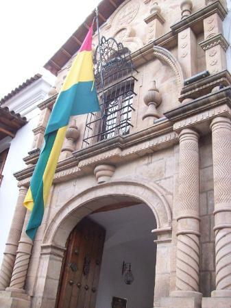 Sucre, Bolivia: La bandera bolivariana flameando en la Casa de la Libertad.