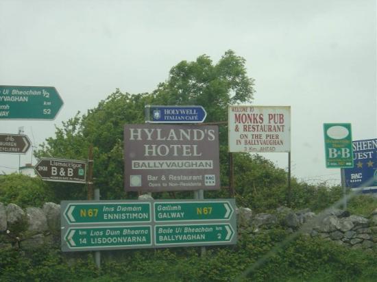 Ballyvaughan, Irland: directional signs in Ballyvaughn Ireland  2005