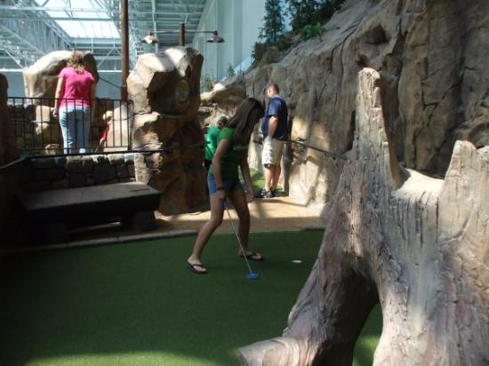 Mall of America: Autumn playing mini-golf
