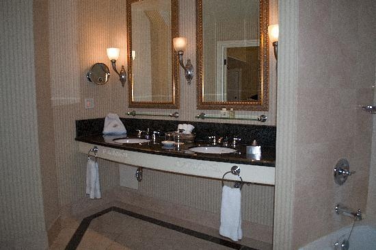 Fairmont Chateau Lake Louise: Bathroom