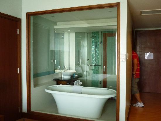 The Lighthouse Marina Resort: floating bath tub