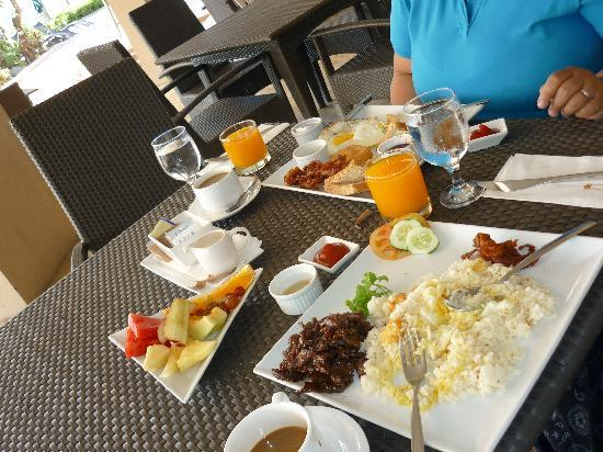 The Lighthouse Marina Resort: breakfast