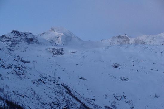 Hotel Alpenperle : Blick vom Hotel ins Skigebiet Saas Fee