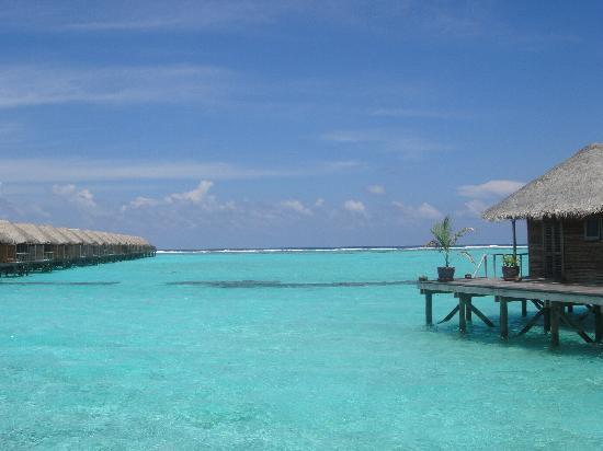 Meeru Island Resort & Spa: Spa on right, JWVs on left