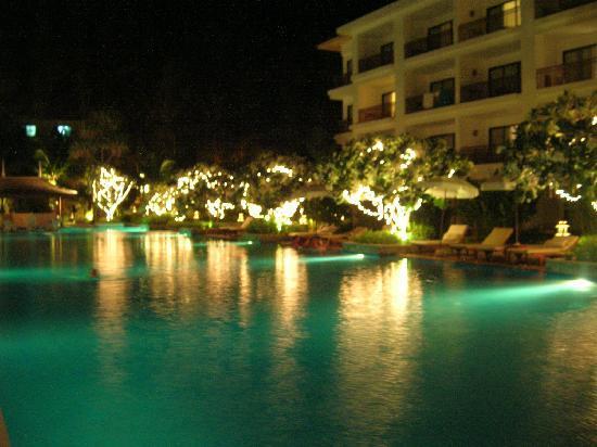 Naithonburi Beach Resort: Pool bei Nacht...