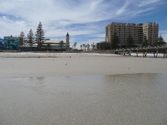 Glenelg, Australia: L'hôtel vu de la plage
