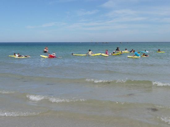 Glenelg, Avustralya: Leçon de surf sur la plage devant l'hôtel