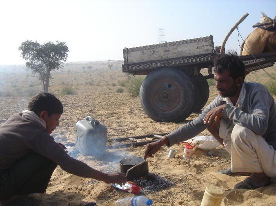 Vinayak Guest House: Brewing chai in the desert.