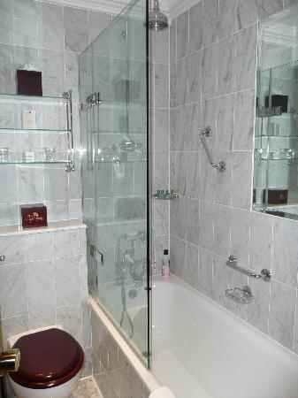 The Chesterfield Mayfair: Bathroom with great shower
