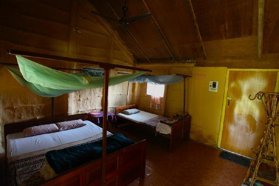 Forest Hideaway Hotel & Cottages: The bedroom - clean and cheerful