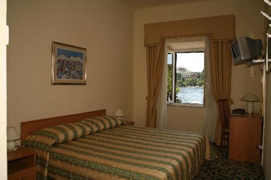 Hotel Supetar: Hotel room.