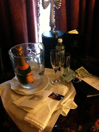 Le Pavillon Hotel: Complimentary champagne