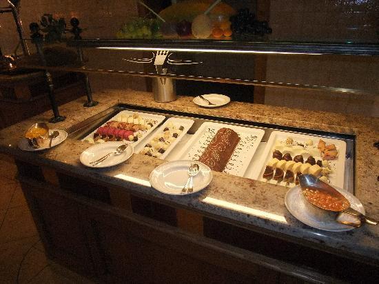 Schlosshotel Fiss: Dessert buffet (part of it)