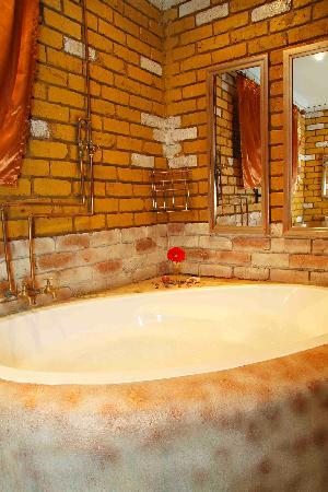 De Haven Oost Country Estate and Tourism Village: Luxury Suite F en-suite Bathroom with Spa