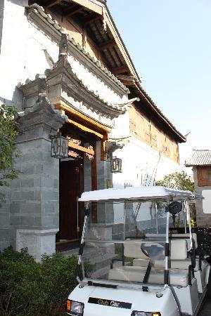 InterContinental Lijiang Ancient Town Resort: Exterior of hotel room and buggy services