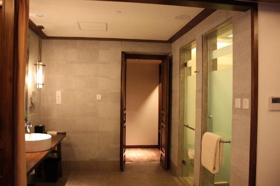 InterContinental Lijiang Ancient Town Resort: Amenities, toilet, wardrobe areas