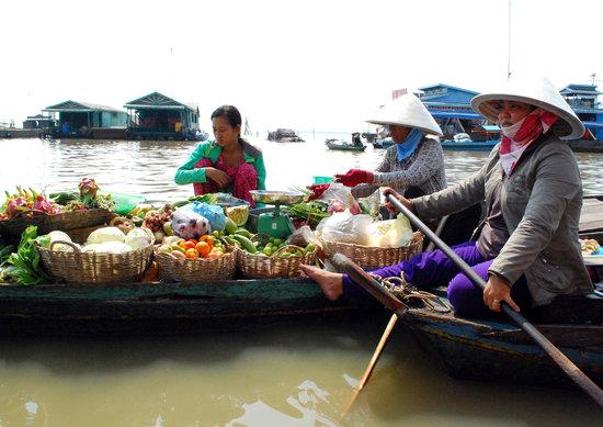 Kompong Luong: selling boat